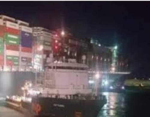 اكبر القاطرات الهولنديه تعمل علي تحريك السفينة العاقله بقناة السويس.