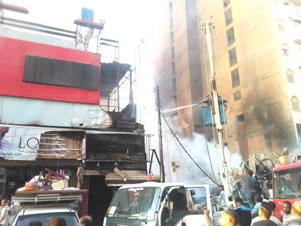 السيطرة على حريق معارض شارع بورسعيد بطهطا ولا توجد خسائر فى الأرواح