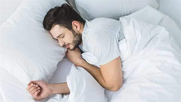 انتبه ٠٠ النوم أمام المروحه قد يصيبك بهذة الأمراض