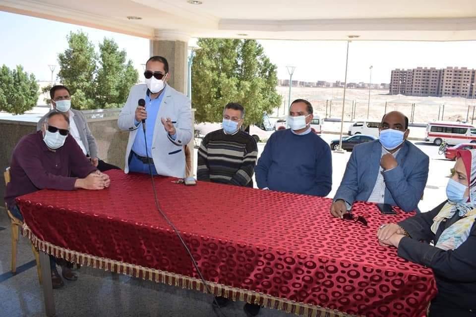 رئيس جامعة سوهاج يلتقي بطالبات المدينة الجامعية للاطمئنان على استقرار الأوضاع المعيشية والصحية