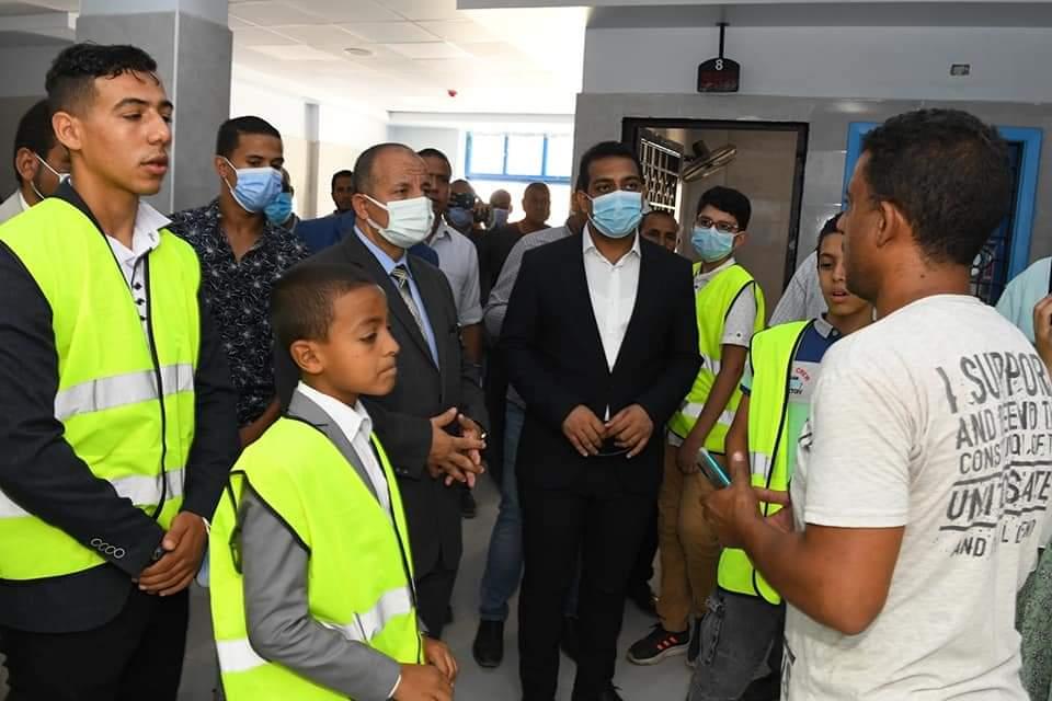 نائب محافظ قنا يصطحب طلاب المدارس فى جولة تعريفية بمشروعات حياة كريمة بمركز فرشوط