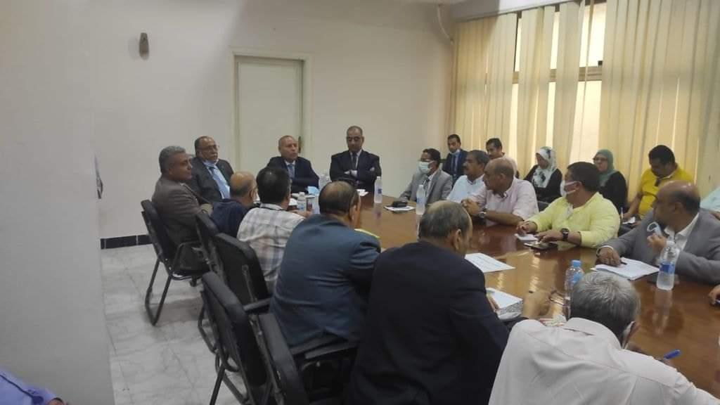 نائب محافظ القاهرة وسكرتير عام المحافظة يجتمعان مع رؤساء الأحياء لمناقشة معوقات تنفيذ بنود التصالح