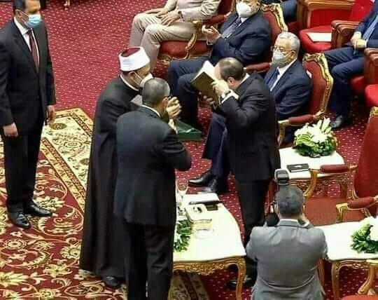الامام الاكبر يهدي الرئيس السيسي نسخة فريدة من مصحف الأزهر الشريف