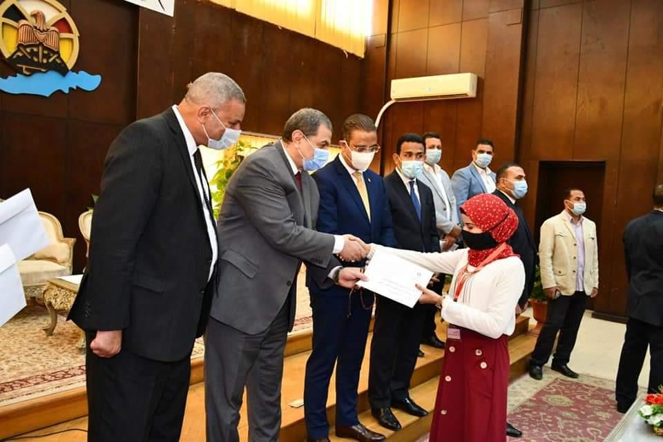 وزير القوى العاملة ومحافظ الفيوم يسلمان شهادات أمان للعمالة غير المنتظمة