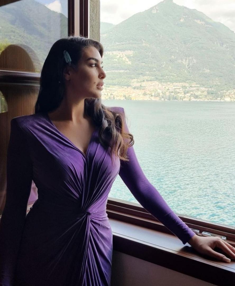 ملكة الاناقه ياسمين صبري تخطف الأنظار بفستان مجسم على الانستجرام