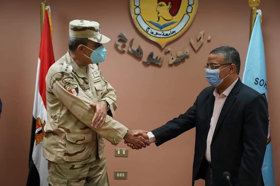 بعد التفاني في علاج المصابين بقطاري طهطا القوات المسلحة تكرم مدير المستشفى الجامعي بسوهاج