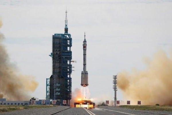 الصين: تطلق صاروخ يحمل مركبة تقل ثلاث رواد فضاء لإقامة قاعدة فضائية مأهولة خاصة بها