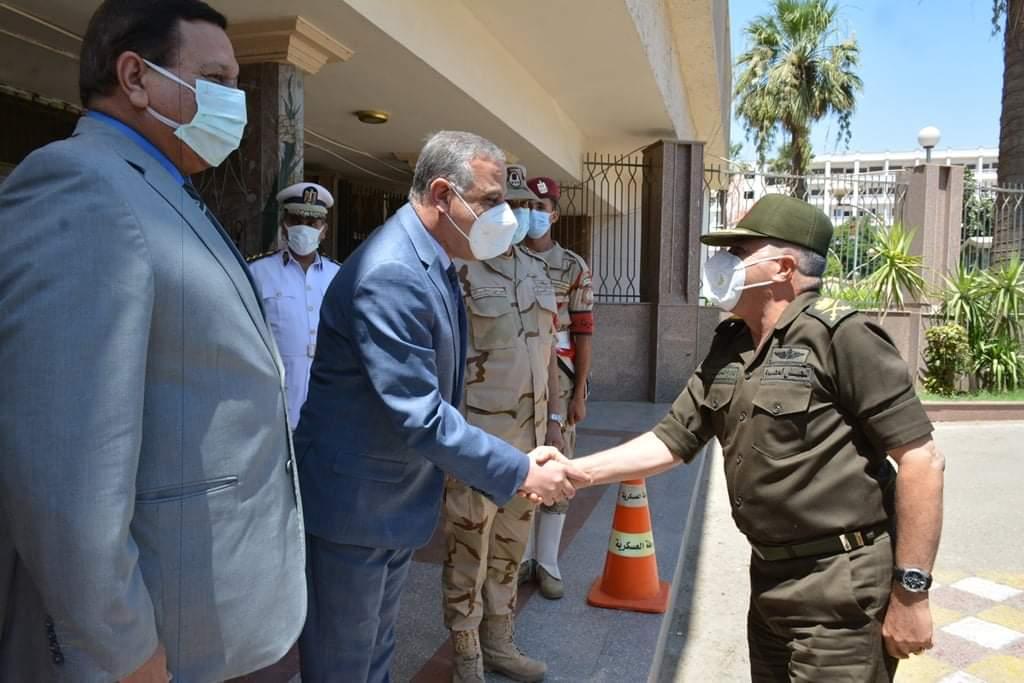 محافظ سوهاج وقائد المنطقة الجنوبية العسكرية يبحثان الموقف التنفيذي للمشروع القومي لتطوير الريف المصري