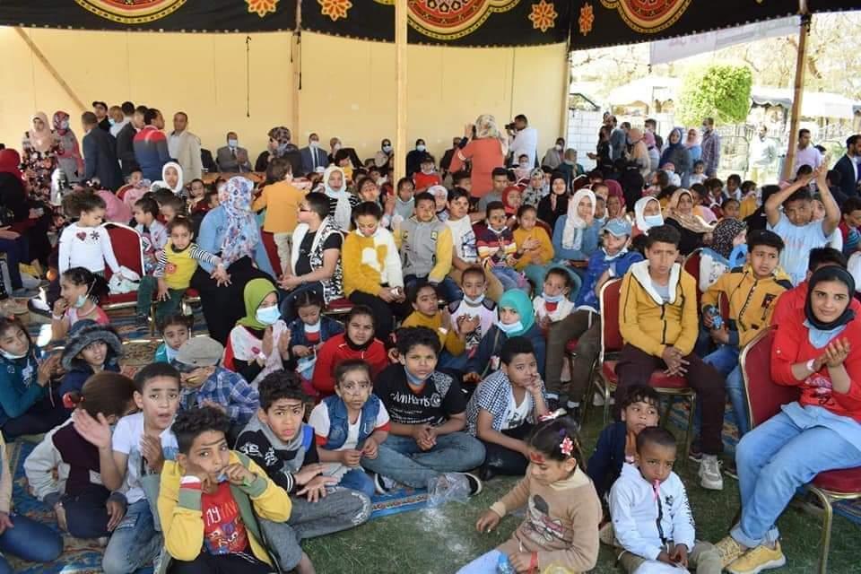 الدفعة الأولى ببرنامج الماجستير المهني بجامعة سوهاج يحتفلون بيوم اليتيم بمشاركة ١٣٠ طفل