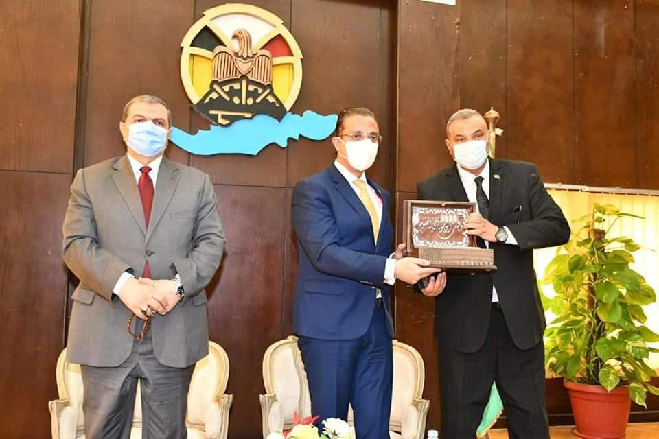 وزير القوى العاملة ومحافظ الفيوم يسلمان 112 متدرباً شهادات إتمام التدريب بالوحدة المتنقلة