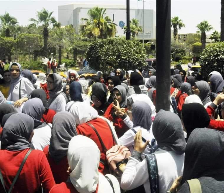 عاجل اعتراض طلاب الثانويةالعامة علي النتيجة وتجمهر اولياء الأمور أمام مقر وزارة  التربية والتعليم.